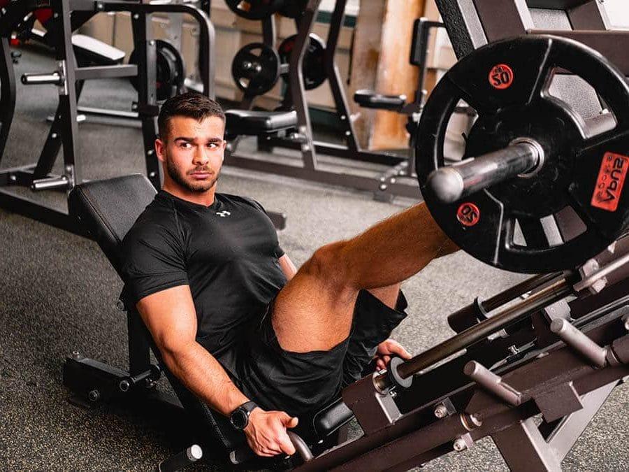 Training an der Beinpresse in der Fitnessfabrik