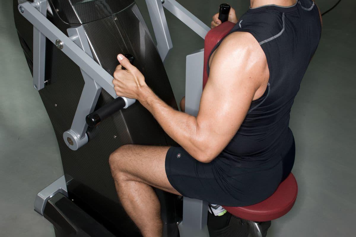 Mann trainiert im Milon Zirkel in der Fitnessfabrik