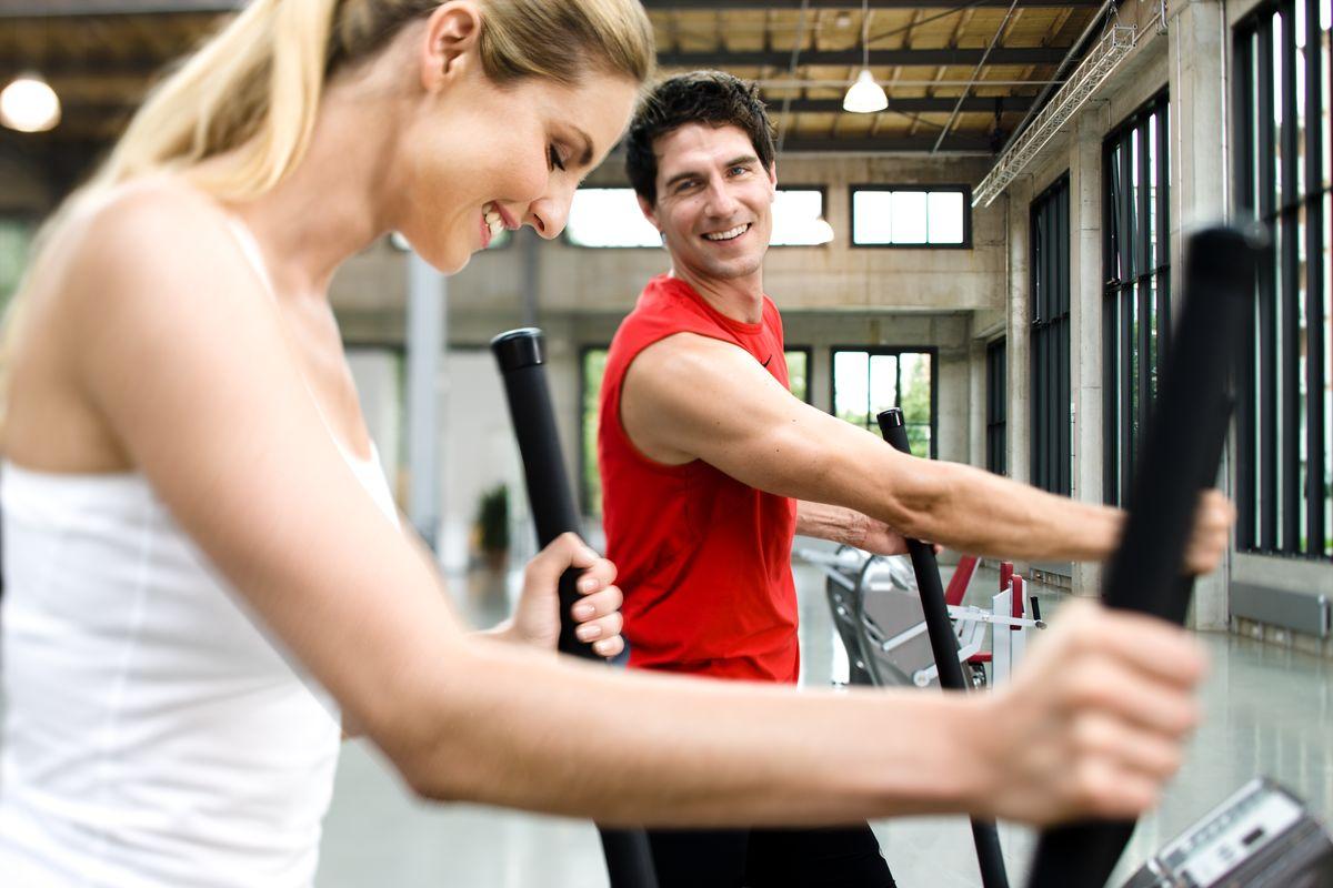 Mann und Frau beim Training im Milon Zirkel in der Fitnessfabrik